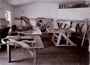 09-Lackering-av-pianoplaatar-1909-300x218