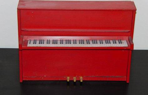 Modell till piano 1960-tal. Gåva av förman Yngve Norrby.