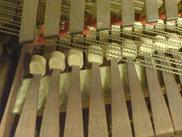 Hammarklaveren har små cylindriska, skinnklädda hammare. De lägsta strängarna är glest överspunna med mässing på kärna av mässing. Detalj av Magnus Åsells instrument nr 61 från 1817 (KH 58).