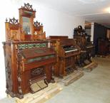 En blick in i våra instrumentmagasin, här orgelrummet med sina prunkande salongsorglar.