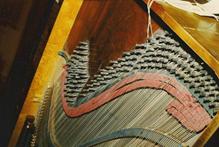 Anders Hultings taffel nr 154 från 1836 har en kraftig stämstock av trä, som förebådar anhängningsplattan av metall (MTM M2617, foto: Musik- och Teatermuseet).