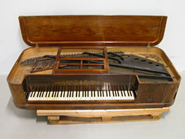 Pehr Rosenwall hade en förkärlek för tunga spröjssystem. Hans taffel nr 604 har fyra stycken i varierande längder (MTM M3035, foto: Musik- och Teatermuseet).