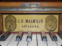 Namnskylten är använd mellan 1865 och ca 1870. Den bär två medaljer, den ena från Expositionen af Svenska Slöjdalster i Stockholm 1851, den andra från världsutställningen i London 1862.