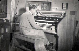 Martin Axelsson ensam vid ett tvåmanualigt pedalverk (1940-talets slut)