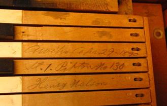 """""""Arvika Apr. 29 1890"""" på tonen D ger en exakt datering när orgeln färdigställdes, """"St. 1. Pipton nr 130"""" på tonen DISS anger serienummer och konstruktion. Namnet på sammansättaren """"Henry Nelson"""" är skrivet på tonen E med hans egen handstil."""