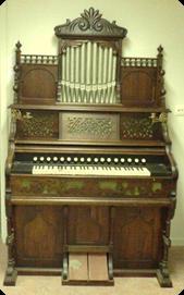"""Orgeln """"Svea"""" med serienummer 1707 är gjord 1915. Förste köpare var Lars J. Andersson i Lidköping, som betalade 400 kr för instrumentet. KH 422 (utställd)"""